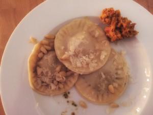 Selbst gemachte Ravioli mit Kürbis-Walnuss- bzw. Sellerie-Füllung.
